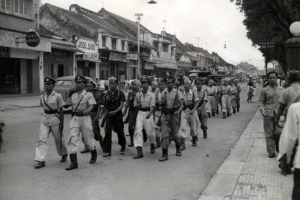 sebagian-tentara-yang-pulang-gerilya-mellintasi-jalan-malioboro-_180311203455-157