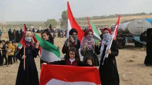Warga-Palestina-Membawa-Bendera-Indonesia
